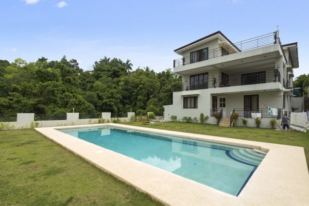 Spacious 7 Bedroom House with Swimming Pool for Rent in Maria Luisa Park - 0
