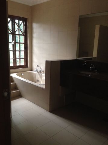 House and Lot, 4 Bedrooms for Rent in Dasmarinas, Makati, Eckhart Ang - 8