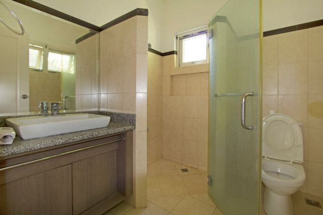 Spacious 3 Bedroom House with Swimming Pool for Rent in Maria Luisa Park - 3